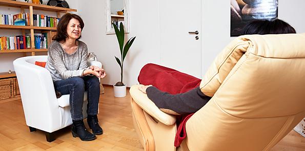 Sabine Jacob bei der Hypnotherapie mit Klientin